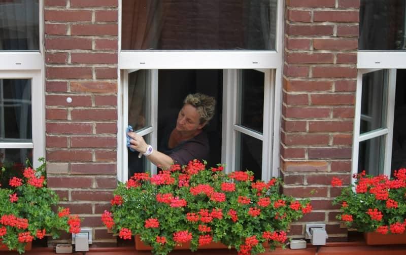 Kobieta myjąca okna