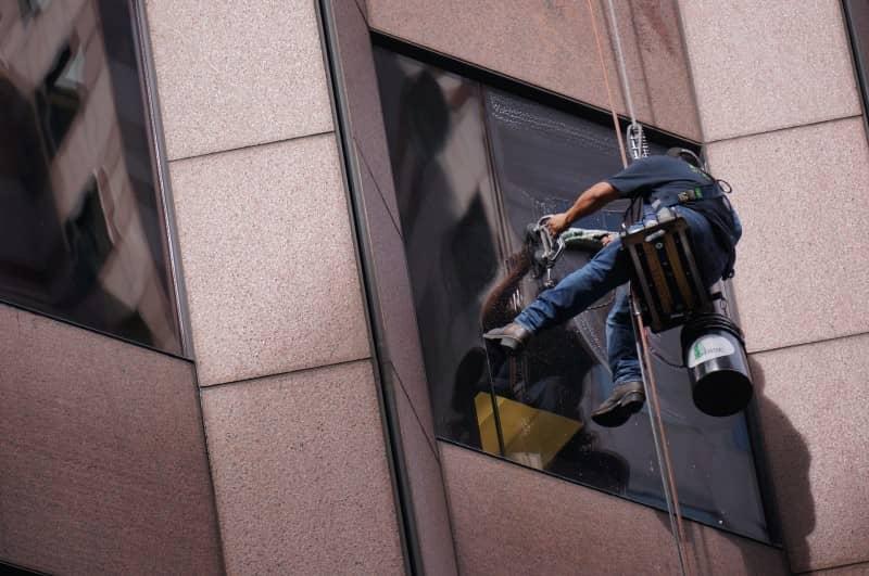 Robotnik myjący okno